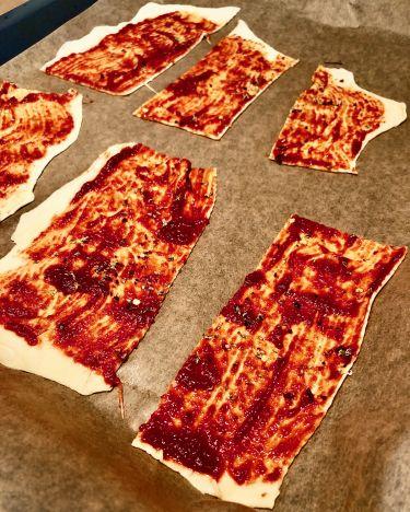 streghette - strisce con concentrato di pomodoro pronte per essere infornate