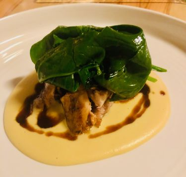 Taverna Migliore a Modica - carne di coniglio arrotolata ripiena con guanciale di Modica, spinacini, macco di fave