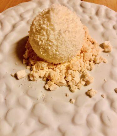 Taverna Migliore a Modica - Pre-dessert sfera con mousse al limone, spolverata di farina di cocco, meringa sbriciolata
