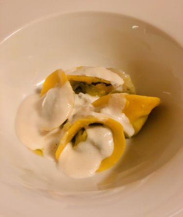 Taverna Migliore a Modica - tortelli ripieni al nero di seppia con crema di latte di mandorla siciliana