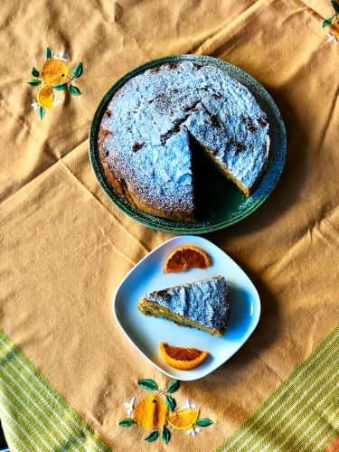 torta all'arancia con pezzetti di cioccolato fondente e marmellata d'arancia - overview