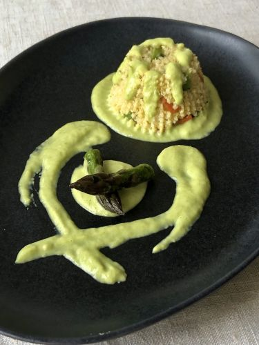 tortino al miglio, verdure miste, asparagi con crema asparagi e pecorino