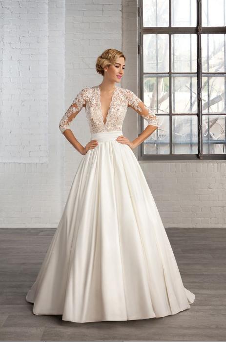 Không chọn váy cưới vải bóng
