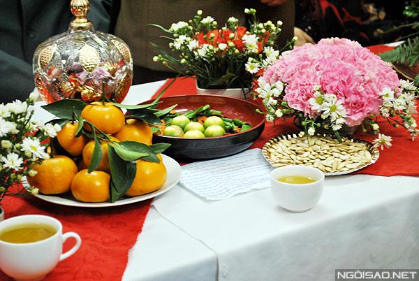 Sửa soạn bàn tiệc lễ hỏi tại nhà