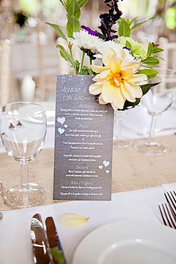 Thực đơn đám cưới kết hợp hoa tươi trang trí bàn tiệc