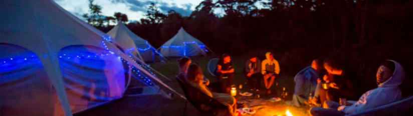 glamping-at-night-in-hot-water-beach-in-new-zealand-with-kiwi-experience