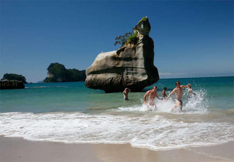 Hot Water Beach | Kiwi Experience – New Zealand Flexible ...