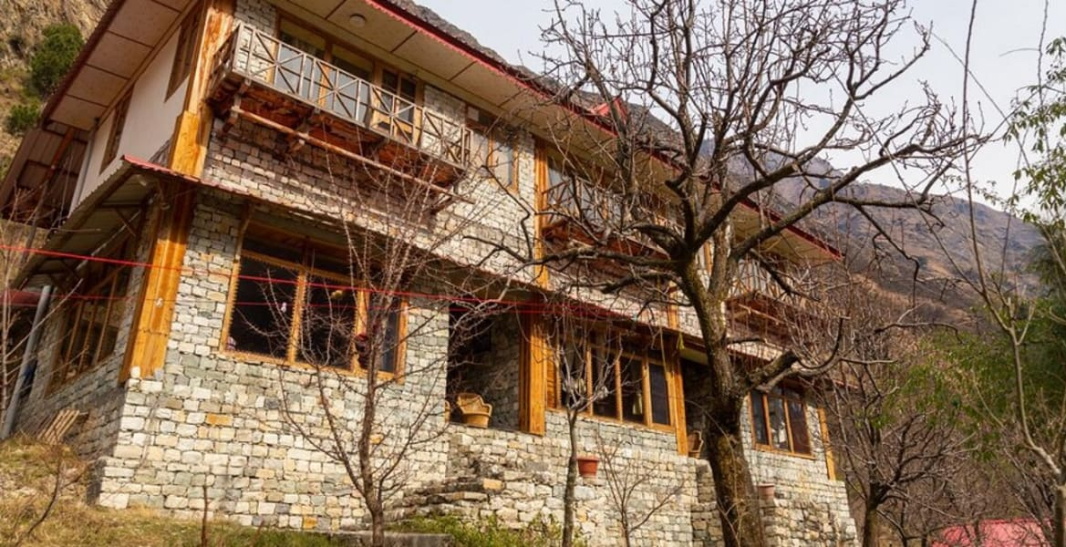 A Cozy Homestay with Mountain View in Tirthan Image