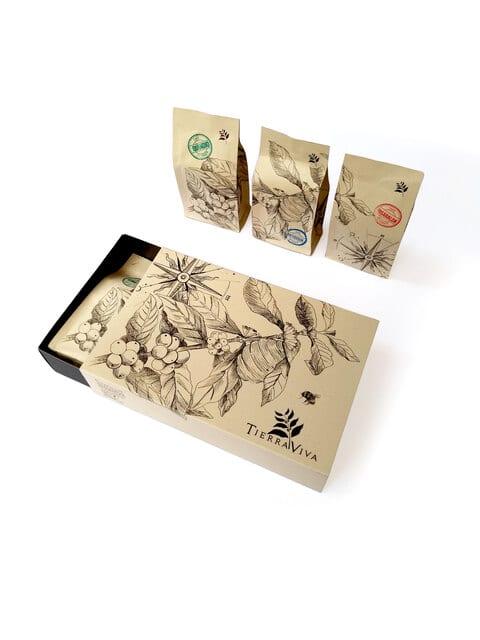 Trio Tierraviva 2   Opciones para regalar Regala una caja con sabor a Colombia 3 cafes especiales de diferente origen, c/u de 150g (total 450g). Empaques con ilustraciones de artista