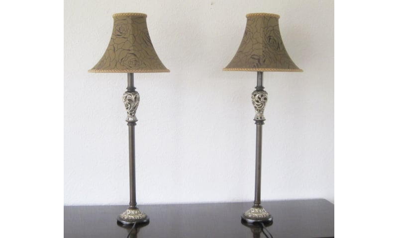 Anden bordlampe, Par høje bordlamper med stofskærme og stammer af træ med profileringer ligeledes.