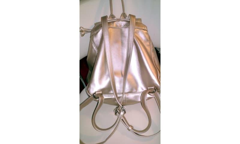 """Anden håndtaske, andet mærke, lak, SISLEY rygsæk i i """"Soft Light Gold Lak"""". Elegant, klædelig o."""