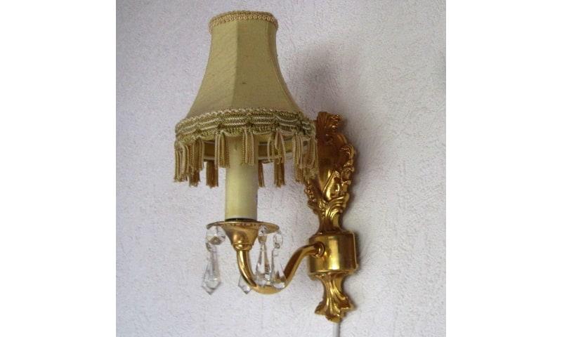 Væglampe, Forgyldt messing, Væglampe af forgyldt messing med prismer samt med gul stofskærm. Høj.
