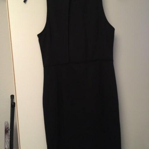 Festkjole, H&M, str. M, Sort, Ubrugt, Enkelt sort kjole, str M. Aldrig brugt. Nypris 200kr. BYD.