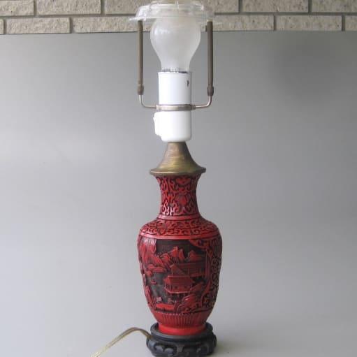 Lampe, Japansk stil, Bordlampe med rød japansk motiv, udskåret plast samt sort udskåret træfod. H.