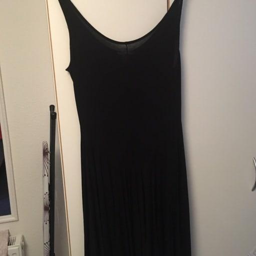 Festkjole, H&M, str. M, Sort, Ubrugt, Enkelt sort kjole. Aldrig brugt. Str. M. Nypris 200kr. BY.