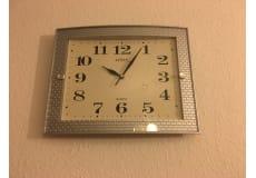 Væg ur i sølv farve