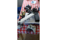 XBOX 360 med Kinect, 4 trådløse controllere samt mange spil