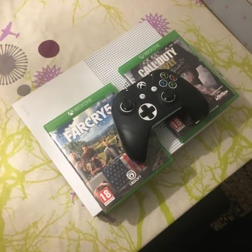 Xbox one S i perfekt tilstand med 2 spil