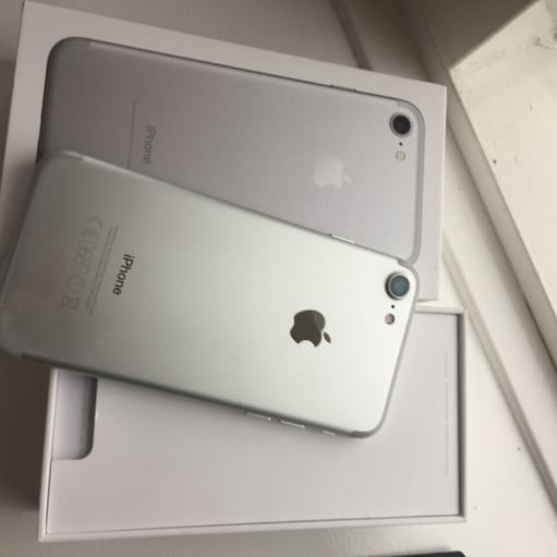 IPhone 7, 32 GB god stand.