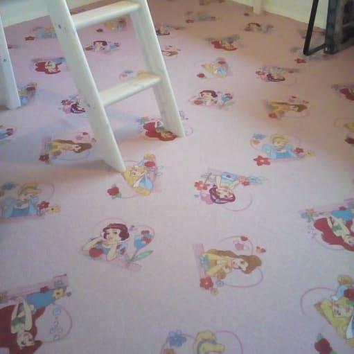 Lyserødt tæppe til pige-værelset