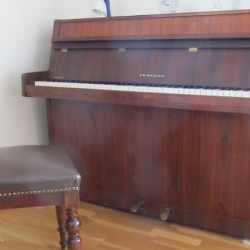 flot klaver i mahogni træ