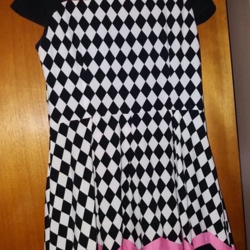 Sort og hvis kjole med lyserøde streger