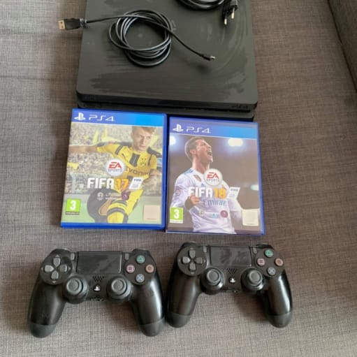 PlayStation 4 SLIM 500 GB 2 controller 2 FIFA spil