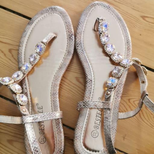 Guld sandaler med lyserøde sten
