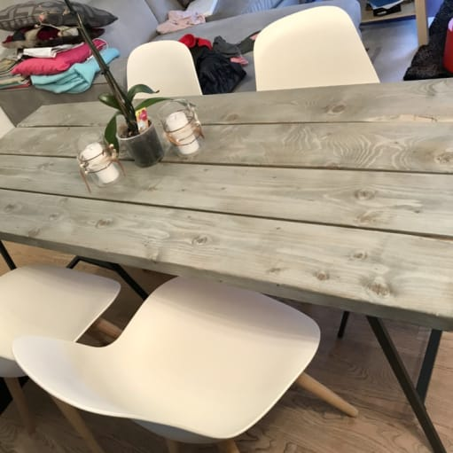 Rustikt plankebord inkl. 4 hvide stole