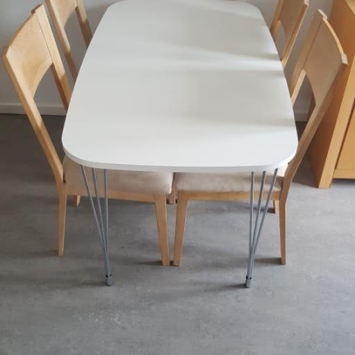Spisebord med stole. HURTIG HANDEL! BYD.