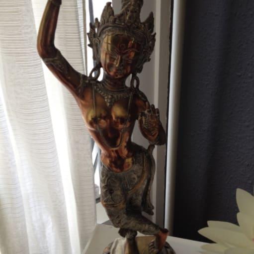 Danserindefigur på lotustrone i kobber og tin 55 cm høj