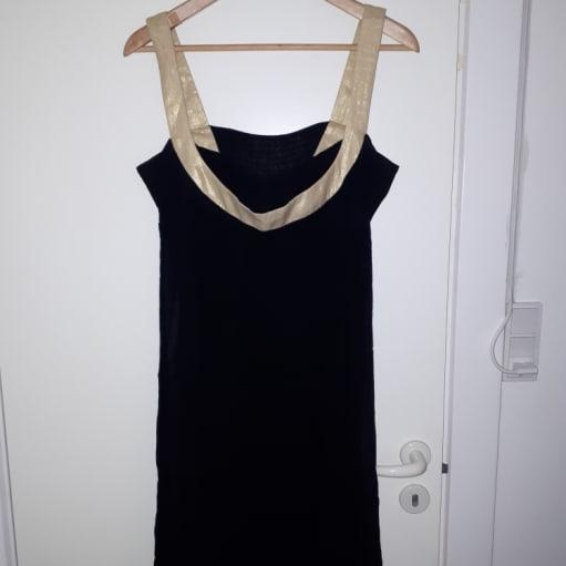 Sort kjole med guldkant fra Maje.