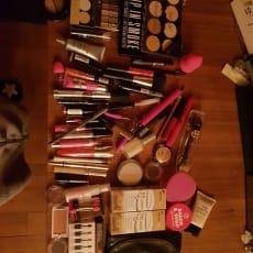 Makeup, neglelak og hudpleje