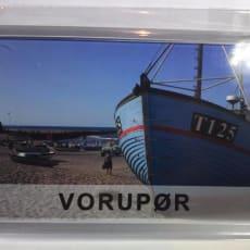 Køleskabsmagnet fra Vorupør Mål 68 mm 51 mm