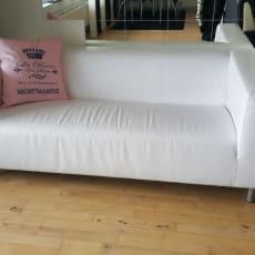Hvid sofa. Sort/hvid sofasæt. Spisebord i sort med 4 stole til. Tvbord i farven hvid.