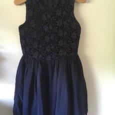 Fin mørkeblå kjole