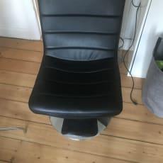 Læderstol som kan dreje rundt.