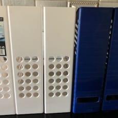 Tidsskriftholdere 5 stk. i plast. 3 hvide og 2 blå