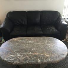3 og 2 personers læder sofa og et marmor bord