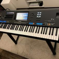 Yamaha Genos V2.0 med L7B-stativ og JBL LSR305-højttalere