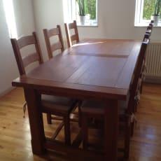 Spisebord med 6 medfølgende stole