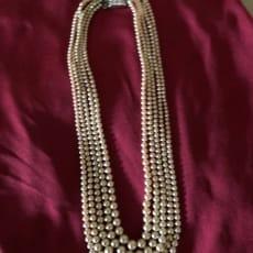 Perlekæde inderste kæde 45 cm. Yderste kæde 56 cm. 5 rækker, meget smuk flot lås, som ny, men retro.