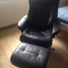Sort læderstol med fodskammel sælges.