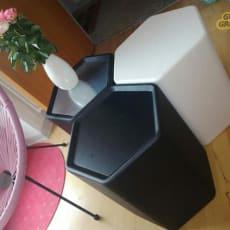 sort bord der også kan bruges som skammel