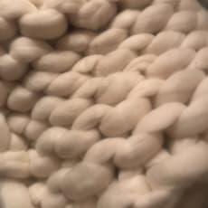 Tæppe i farven beige/hvid