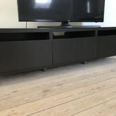 Tv bord med skuffer og glasplade
