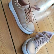 Rosa sneakers med perler