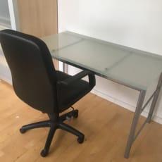 Skrivebord med stol