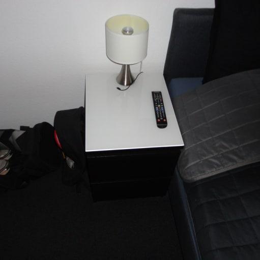 2x Sengeborde + Hvid glad plade: Bredde: 40 cm Dybde: 48 cm Højde: 55 cm