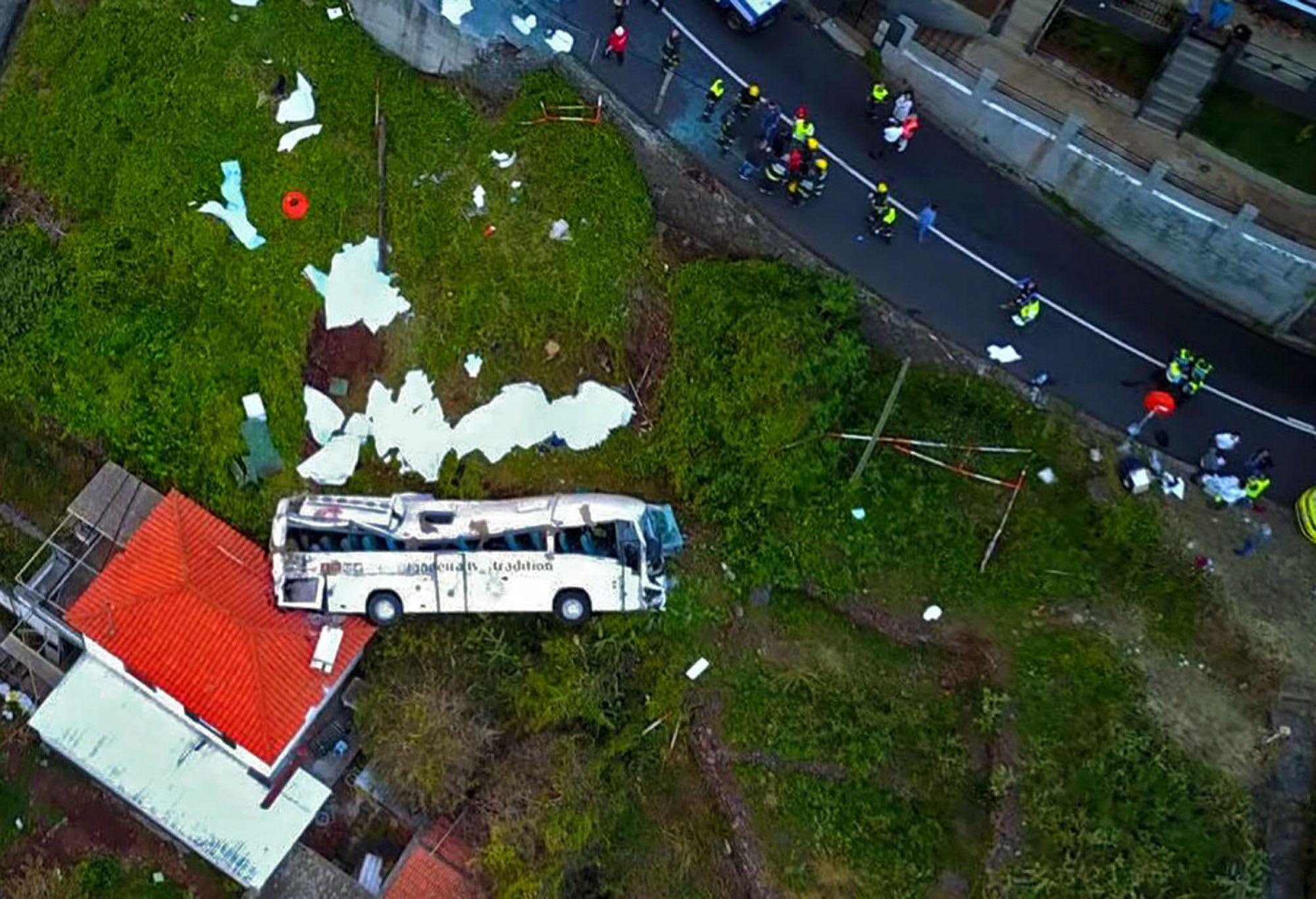 29 человек погибли после того, как автобус с немецкими туристами разбился на Мадейре